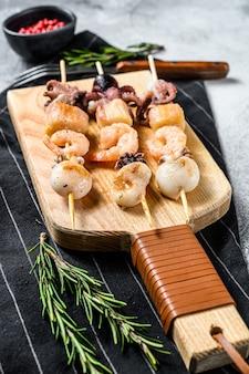 Gegrilde shish kebab met zeevruchten, garnalen, inktvis, inktvis en mosselen