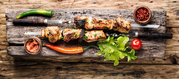Gegrilde shish kebab of sjasliek op spiesjes. oosters eten. shish kebab op een stok