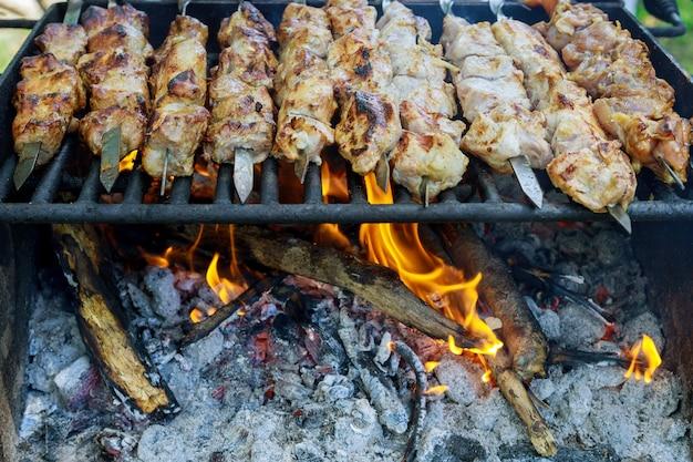 Gegrilde shish kebab van varkensvlees op spiesjes buiten.