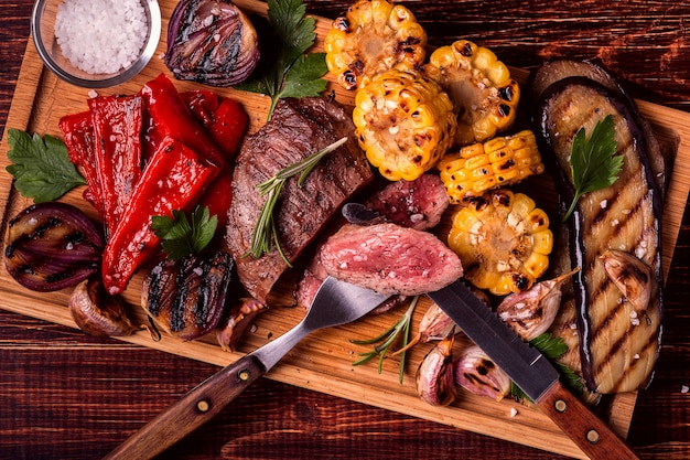Gegrilde steak en groenten op snijplank