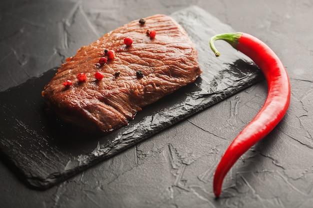 Gegrilde steak met chili op de zwarte steen