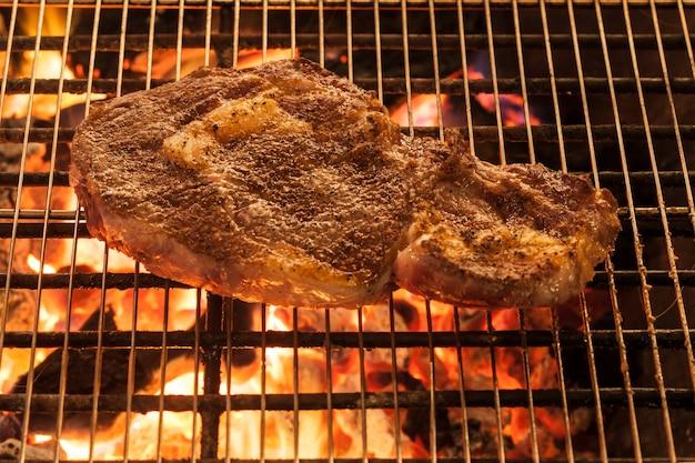 Gegrilde steak op hete grill