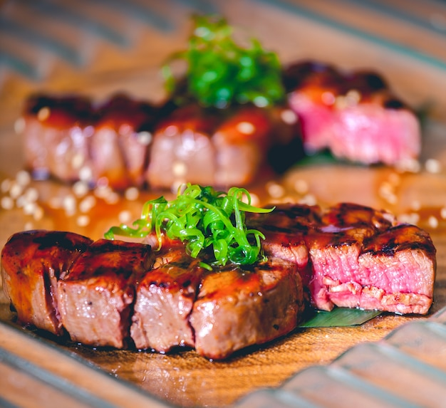 Gegrilde steaks met kruiden