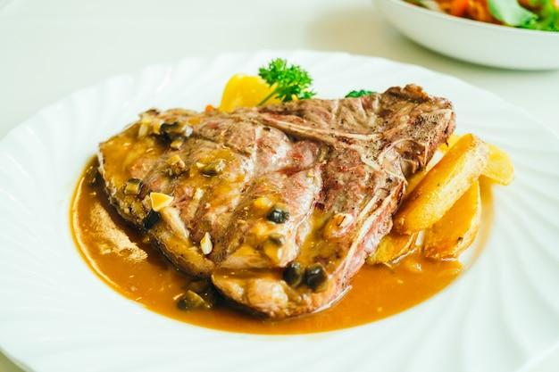 Gegrilde t-beefvlees biefstuk met groente