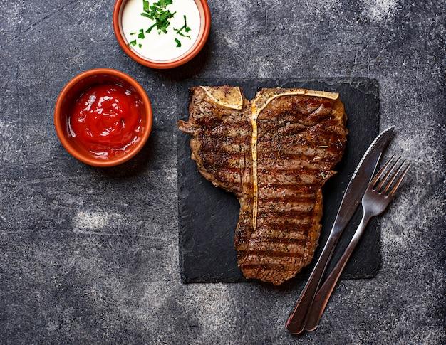Gegrilde t-bone steak in het donker