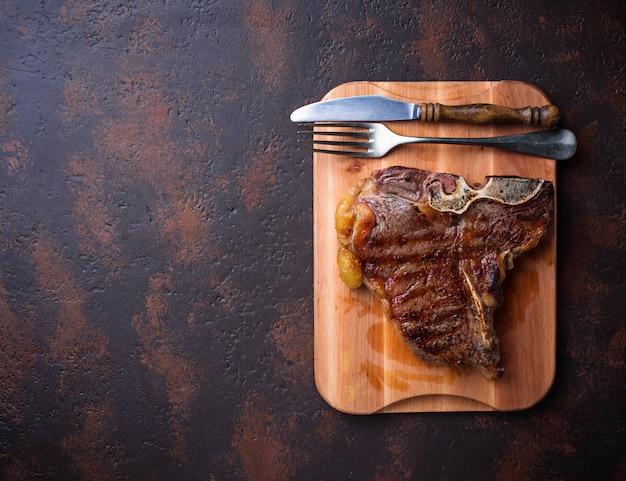 Gegrilde t-bone steak op donkere achtergrond