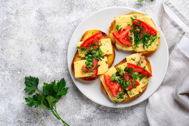 Gegrilde toast met tomaat en kaas