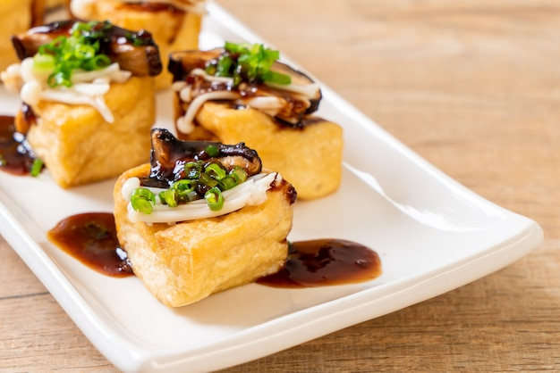 Gegrilde tofu met shitake mushroom en golden needle mushroom