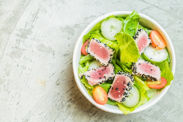 Gegrilde tonijn salade in witte schaal - gezonde voeding