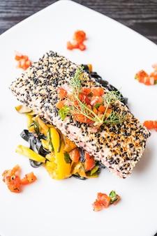 Gegrilde tonijnsteak met pasta en groente