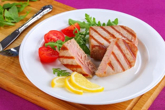 Gegrilde tonijnsteaks in stukjes gesneden