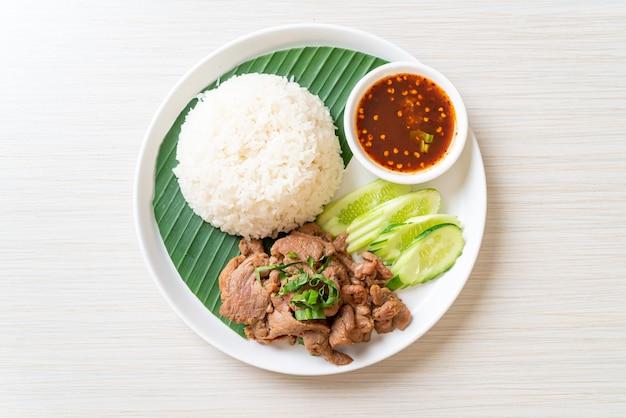 Gegrilde varkensknoflook met rijst met pikante saus in aziatische stijl