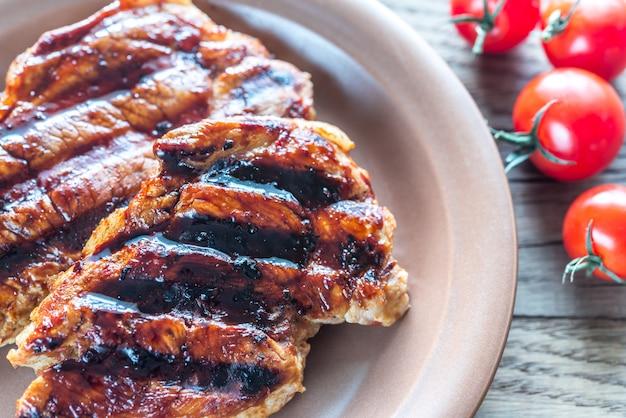 Gegrilde varkenslapjes vlees op de plaat