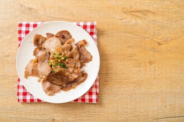 Gegrilde varkensnek gesneden op bord in aziatische stijl