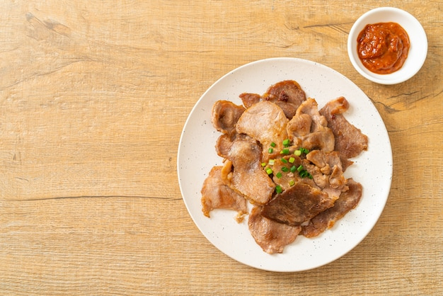 Gegrilde varkensnek gesneden op bord in aziatische stijl Premium Foto