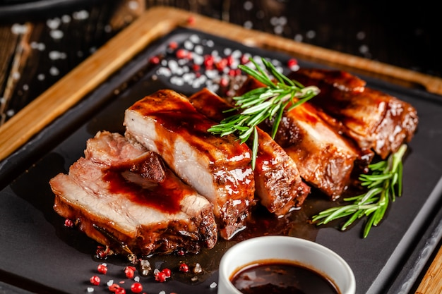 Gegrilde varkensribbetjes met gegrilde saus