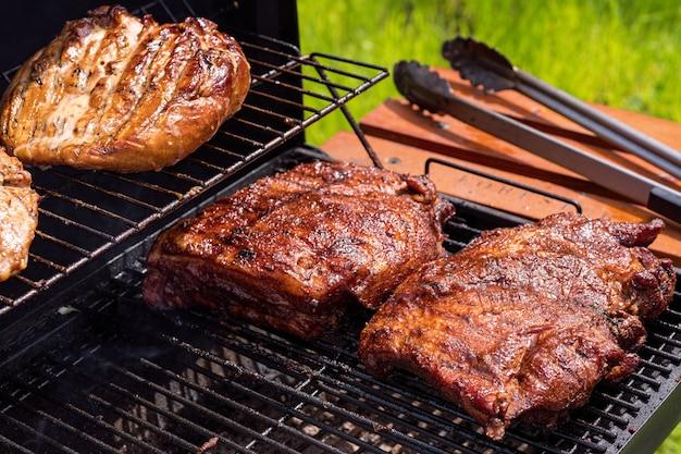 Gegrilde varkensribbetjes op de grill.