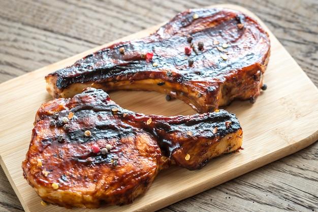 Gegrilde varkensribbetjes op de houten plank