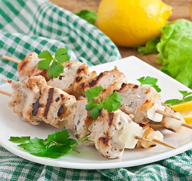 Gegrilde varkensvlees kebab met uien
