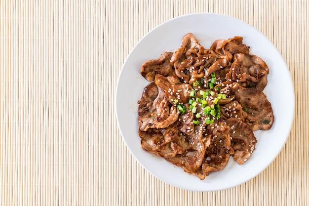 Gegrilde varkensvlees op bord