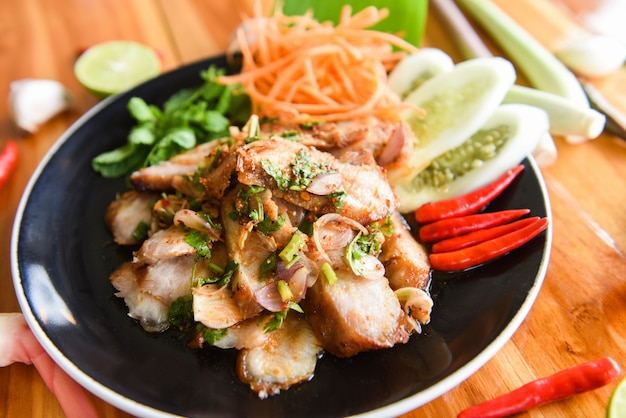 Gegrilde varkensvlees thaise salade