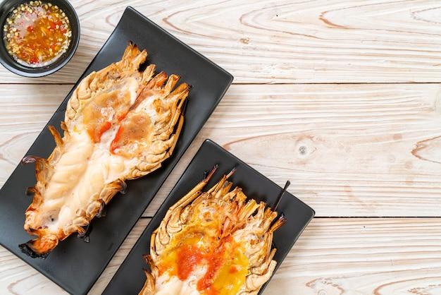 Gegrilde verse reuzenriviergarnaal met pittige zeevruchten dipsaus