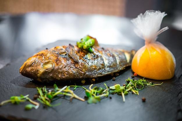 Gegrilde vis close-up versierd met groenten
