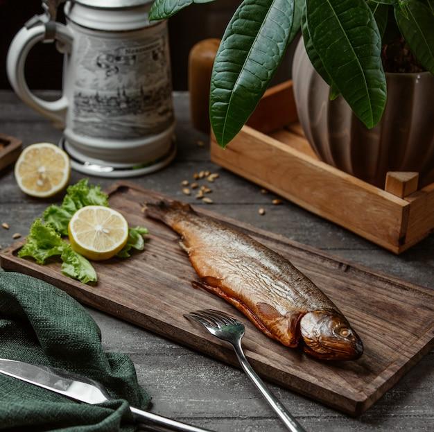Gegrilde vis geserveerd met citroen