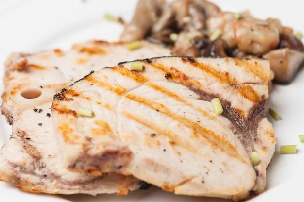 Gegrilde vis met champignons
