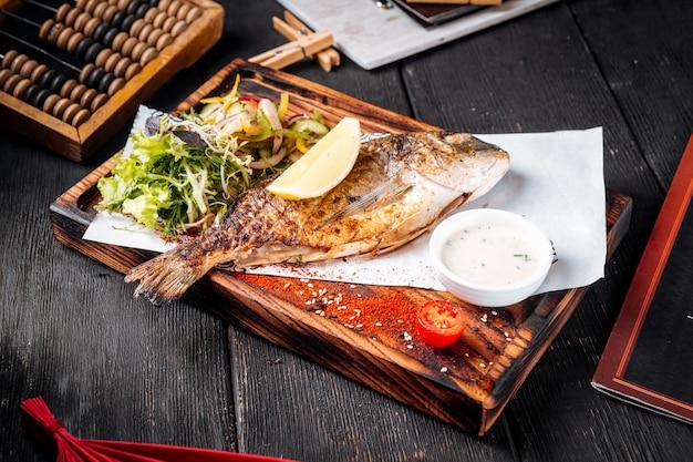 Gegrilde vis met salade citroen en saus