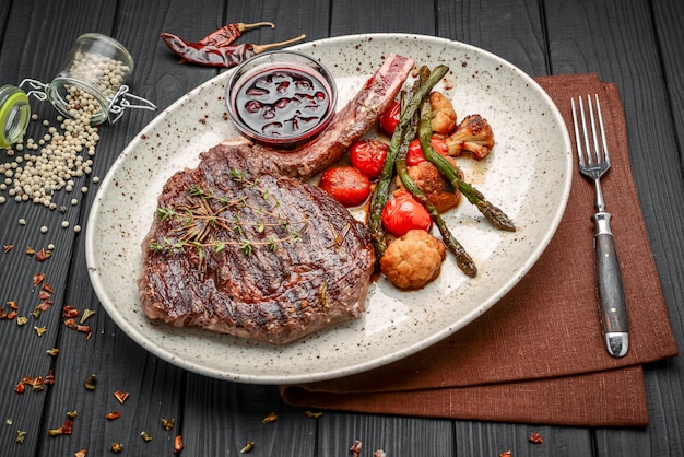 Gegrilde vlees en groenten op rustieke houten tafel
