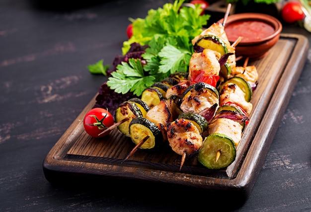 Gegrilde vleesspiesen, kip shish kebab met courgette, tomaten en rode uien. barbecue eten.