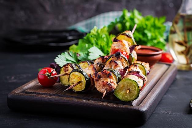 Gegrilde vleesspiesen, kip shish kebab met courgette, tomaten en rode uien