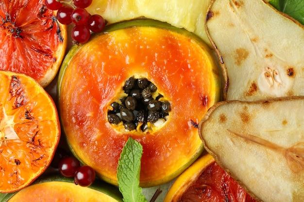 Gegrilde vruchten over de hele achtergrond, close-up.