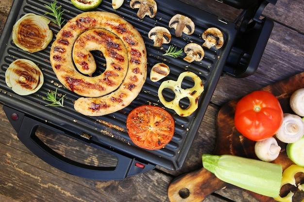 Gegrilde worst en groenten op de elektrische grill