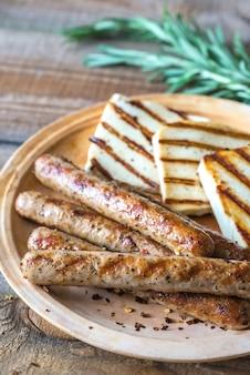 Gegrilde worstjes en kaas met rozemarijn