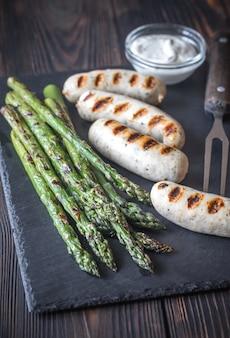 Gegrilde worstjes met asperges en romige knoflooksaus