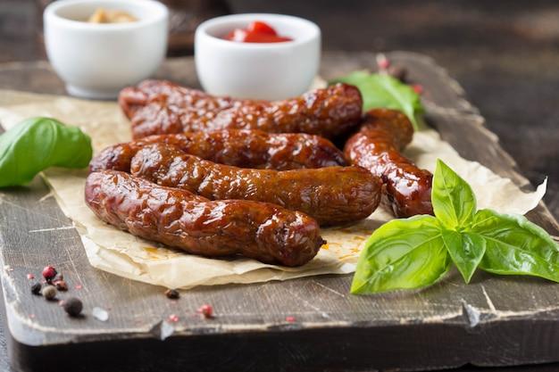 Gegrilde worstjes met vlees (rundvlees, varkensvlees, lam) en kruiden, hete merguez, kabanos, chorizo