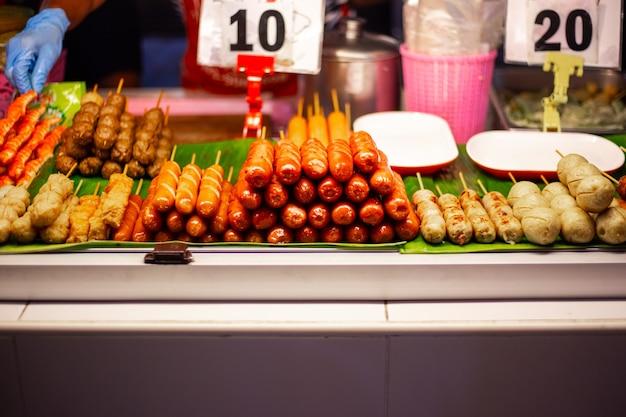 Gegrilde worstjes op de avondmarkt in thailand