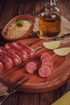 Gegrilde worstspies op een houten bord braziliaanse barbecue