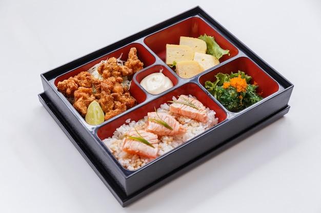 Gegrilde zalm bento met japanse fried chicken.
