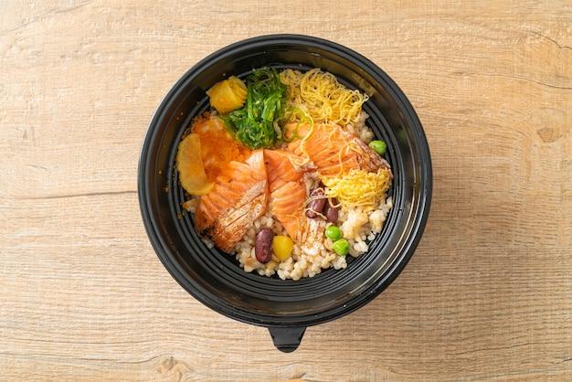 Gegrilde zalm met bruine rijst donburi - japans eten