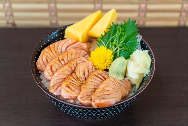 Gegrilde zalm op gegarneerde rijstkom (donburi)