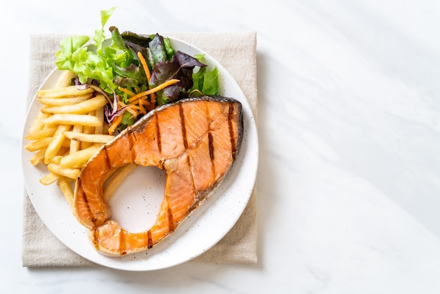 Gegrilde zalm steak filet met groente en frietjes