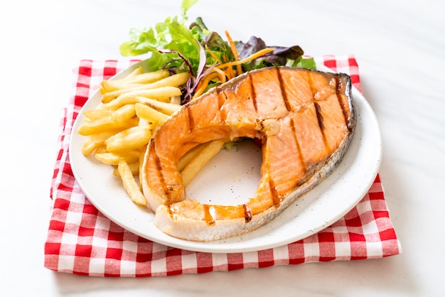 Gegrilde zalm steakfilet met groente en friet