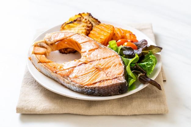 Gegrilde zalm steakfilet met groente en frietjes