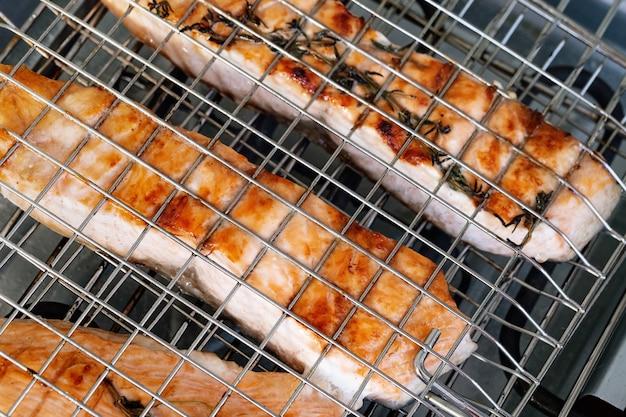 Gegrilde zalmfilet. forel vis steak thuis gekookt met kruid. gezond eten. grill barbecue eten.