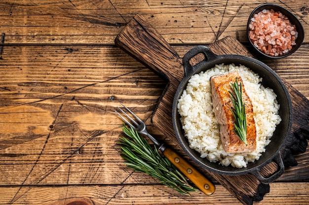 Gegrilde zalmfilet steaks met witte rijst in een pan
