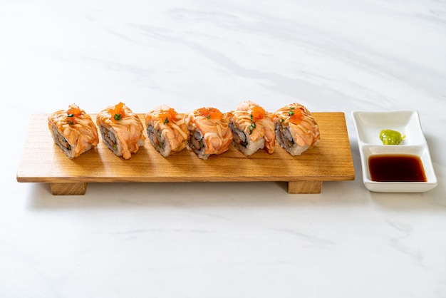 Gegrilde zalmsushi met saus - japans eten