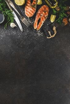 Gegrilde zalmvislapjes vlees met ingrediënten